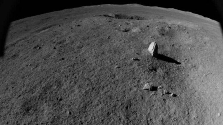 Ay'da sıra dışı bir kaya keşfedildi