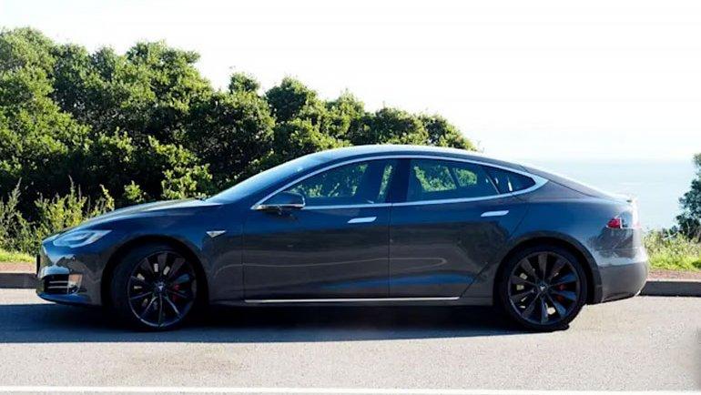Sürücüsüz Model S'ten 2 ölü çıktı